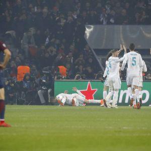 Edinson Cavani katsoo, kun Real Madrid tuulettaa.