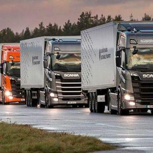 Testiajossa on mukana vähintään kolme autoa, jotka on kytketty toisiinsa etäyhteydellä.