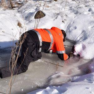 Työpäällikkö Seppo Karjalainen etsi ojasta merkkejä klooratusta vedestä, mutta putkivuotoa ei löytynyt Nousiaisten Miekkavuorentiellä.