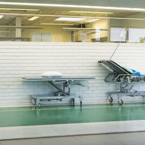 Tyhjiä sairaalavuoteita sairaalan käytävällä.