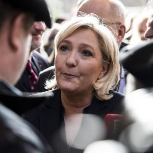 Ranskalaisen oppositiopoliitikon Marine Le Penin kasvot näkyvät lähikuvana ihmisjoukon keskeltä.