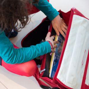 Nuori koululainen tutkii koululaukkuaan.