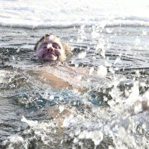 Mies ui avannossa Helsingin Hernesaaressa.
