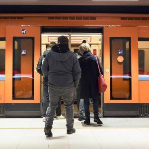 Ihmisiä menossa metroon