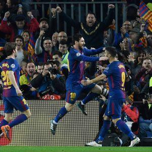 Lionel Messi hyppää Luis Suarezin syliin.