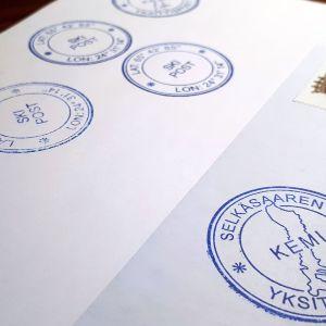 Leimoja kirjekuoressa.