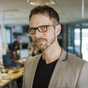 Yle Oulun vastaava tuottaja Juha Virranniemi toimitusympäristössä.
