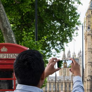 Turisti ottaa kuvaa Big Benistä.