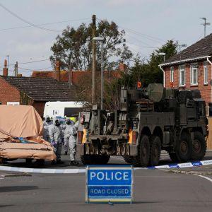 Sotilasviranomaiset tutkivat Skripalien myrkytystapaukseen liittyvää autoa asuinalueella Gillinghamissa Salisburyssa 14. maaliskuuta.