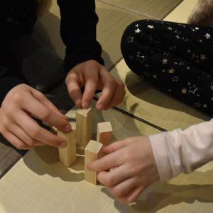 lapset leikkivät rakennuspalikoilla