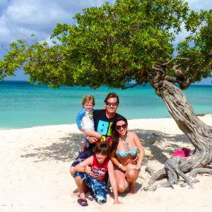 perhe hiekkarannalla