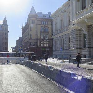 Väliaikainen bussireitti kulkee Raatihuoneen portaiden edestä Puutarhakadulle ja edelleen Hämeenpuistoon.