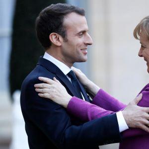 Ranskan presidentti Emmanuel Macron toivotti Saksan liittokanslerin Angela Merkelin tervetulleeksi Elysée-palatsiin perjantaina.