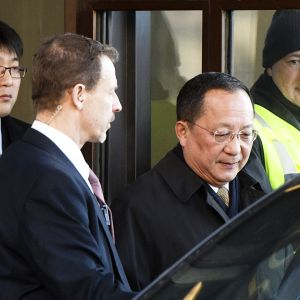 Pohjois-Korean ulkoministeri Ri Yong Ho poistuu Ruotsin hallituksen tiloista Tukholman keskustassa.
