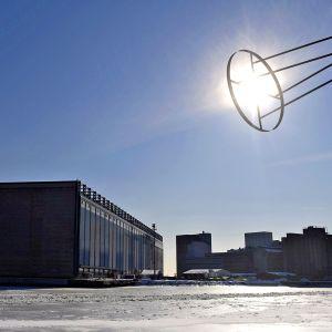 Aurinko paistoi pilvettömältä taivaalta Helsingin Hietalahden telakan altaalla keskiviikkona 7. maaliskuuta.