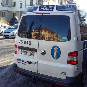 Poliisiauto parkkeerattuna kadulle.
