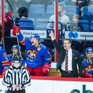 Jokerien joukkue protestoi vaihtopenkiltä päävalmentaja Jukka Jalosen johdolla.