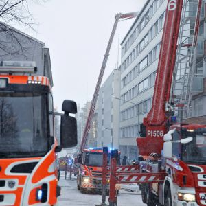 Tampereen keskustassa syttyi tulipalo tiistaiaamuna 20. maaliskuuta. Paloautoja Tuomiokirkonkadulla.