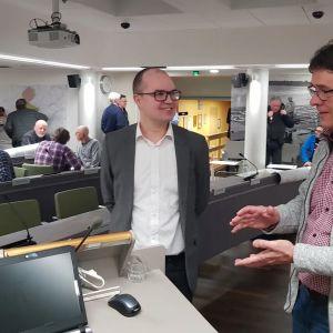 Kolarin kunnanjohtaja Antti Määttä (vas.) ja kaavanlaatija Matti Kautto Rambollilta.