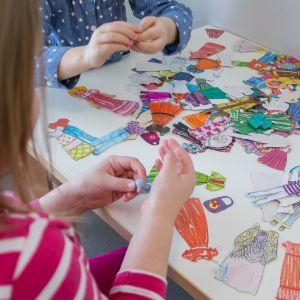 Lapset leikkimässä paperinukeilla Kesämäen päiväkodissa Lappeenrannassa.