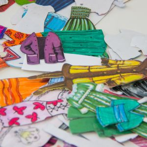 Paperinukkeja pöydällä.