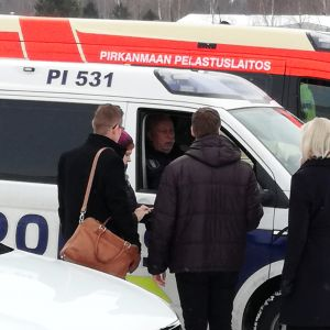Pirkkalan opetuspäällikkö ja koulujen rehtorit saavat poliisilta tietoja pommiuhkauksesta.