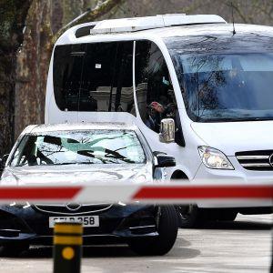 Venäläiset lähtevät suurlähetystöstä Minibussilla.