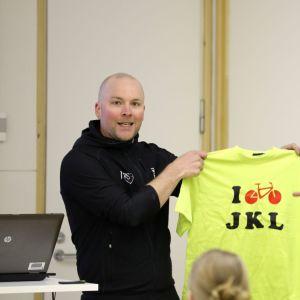 JYPS ry:n puheenjohtaja Teemu Tenhunen luovuttaa I cycle -paidan Jyväskylän kaupunginjohtaja Timo Koivistolle Jyväskylän Pyöräilyviikolla 2017.