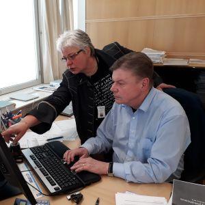 Kuapunginjohtaja Kari Koski ja assitentti Sirpa Liukkonen.