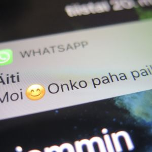 Äiti laittaa viestiä, että onko paha paikka WhatsAppissa.