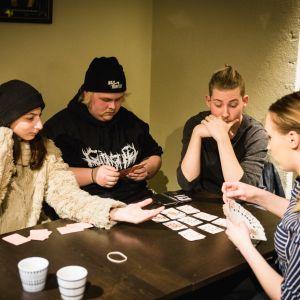 Marva Elsherif, Kasper Olenius, Haralambos Daskalov ja Uli Frolova saapuvat Walkers-nuorisokahvilaan monta kertaa viikossa.