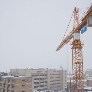 Nostokurki Kuopion keskustan yllä.
