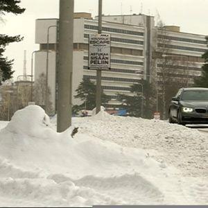 tyttö kävelee koulumatkallaan  kaupungin keskustassa, liikenteessä yksi auto, Kouvola, Pohjola-talo