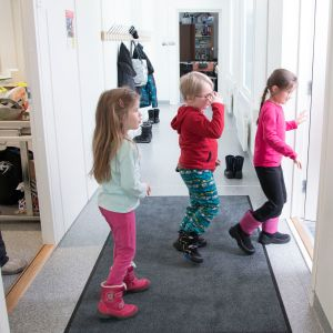 Eskarilaiset Katri Haapasaari, Wiljo Heikkilä ja Maaria Romakkaniemi ovat käyneet esikoulun parakkitiloissa, mutta ensimmäisen luokan he aloittavat upouudessa koulussa.