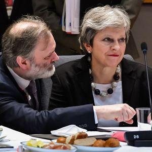 Theresa May edessään aamiaista.