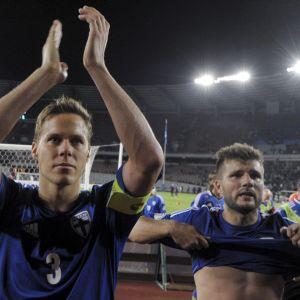 Niklas Moisander ja Perparim Hetemaj kiittävät Suomen kannattajia.