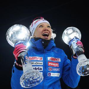 Kaisa Mäkäräinen ja kaksi kristallipalloa.