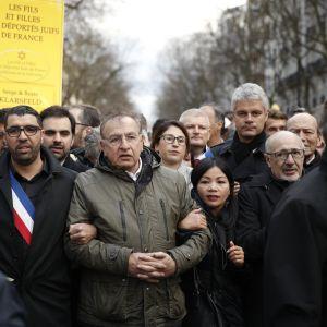 Joukko mielenosoittajia kulkee Pariisissa.