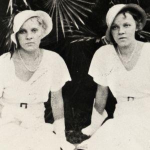 Kaksi naista istuu penkillä