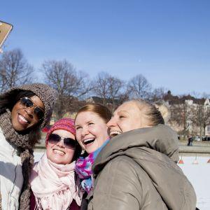 Nuoret naiset ottavat yhteisselfietä.