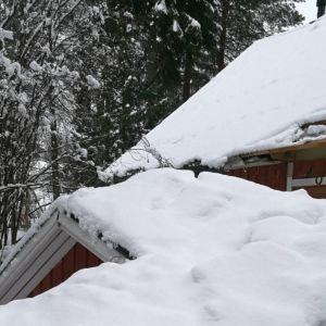 Omakotitalon kuisti putosi lumen painosta