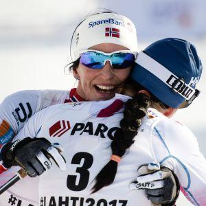 Marit Björgen sai onnitteluhalauksen Krista Pärmäkoskelta Pyeongchangin olympialaisissa.