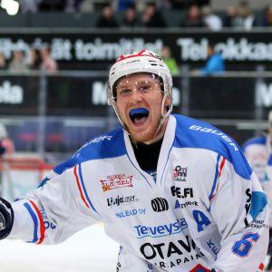 KeuPan Mikko Lahtinen tuulettaa 3-0-maalia TuToa vastaan.