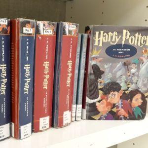 Harry Potter -kirjoja Seinäjoen kaupunginkirjaston hyllyssä.