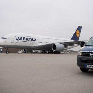 Lufthansan lentokone Münchenin kentällä.
