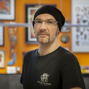 Tatuointiyrittäjä Oliver Paassin studio sijaitsee Düsseldorfin keskustaa halkovan Corneliusstrassen varrella.