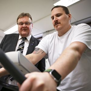 Asevelvollisena vammautunut mies kuntoutuksessa Laitilan Terveyskodissa.