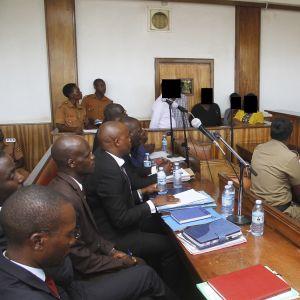 Syytetyt. Oikeudenkäynti Buganda road oikeustalolla, Kampalassa.