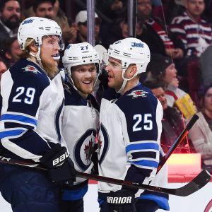 Winnipeg Jetsin Nikolaj Ehlers, Patrik Laine ja Paul Stastny juhlivat maalia.