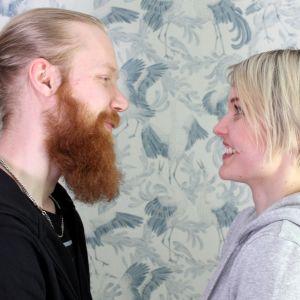 Emmi ja Joonas Uimonen katsovat toisiaan